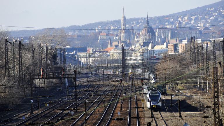 Vizsgálódik és feljelentést tesz a MÁV a pusztában hagyott monori vonat ügyében