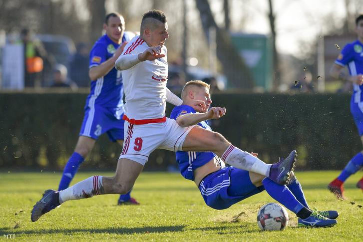 A kisvárdai Horváth Zoltán (b) és Spandler Csaba, a Puskás Akadémia játékosa a labdarúgó Magyar Kupa 8. fordulójában játszott Kisvárda - Puskás Akadémia mérkőzésen Kisvárdán 2017. november 28-án