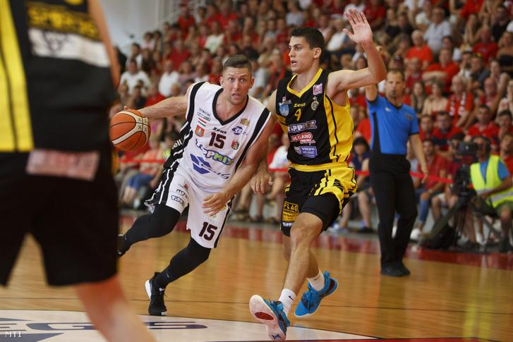 A körmendi Ferencz Csaba és a szombathelyi Perl Zoltán küzd egymással a kosárlabda NB I. döntőjének első meccsén