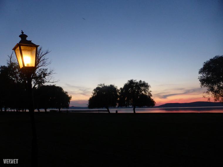 Tavaly ezt a fotót készítettem a környéken, látszik is a parti sétányt megvilágító, kicsit megdőlt régi lámpa