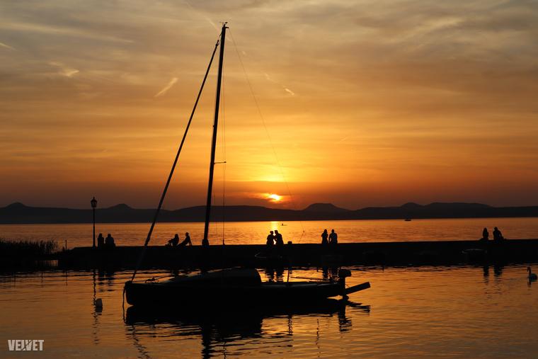 Balatonlelle többek között hosszú szabadstrandjáról ismert, ahol remekül és ingyen lehet strandolni, plusz gyönyörűek a naplementék a háttérben a Badacsonnyal.