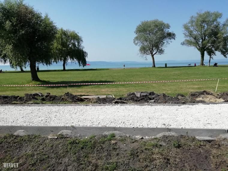Egy alapvetően turizmusból élő település esetében nem tűnik észszerű döntésnek pont a strandszezonra időzíteni a strandfelújítást, mindenesetre a Balatonlellei Önkormányzat közleményéből kiderül, hogy már csak két hét van a munkálatokból, mert azokat elvileg június 30-án fogják befejezni