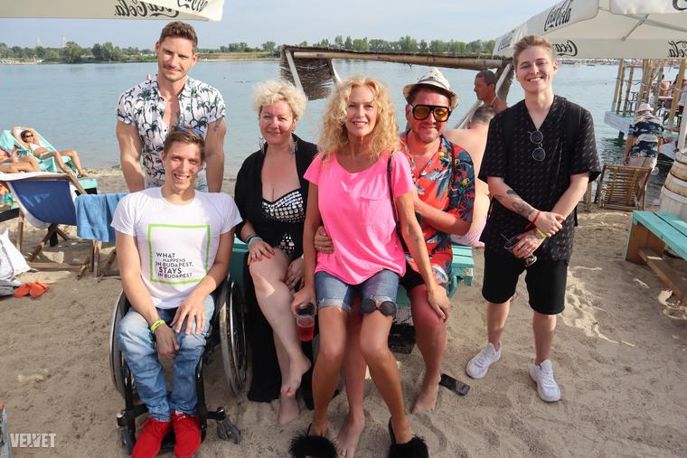 Be-YOU-tiful Beach Partyn voltunk szombaton a Lupa Beachen, ahova nemcsak azért volt érdemes kimenni, mert döglesztő volt a hőség a városban, és vízparton mégiscsak kellemesebb, hanem azért is, mert délután 5-től több érdekes programot is ki lehetett próbálni, plusz együtt lehetett partizni hírességekkel