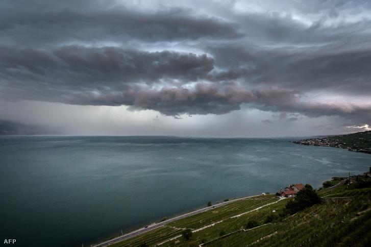 Viharfelhők szombaton a Genfi-tó fölött.