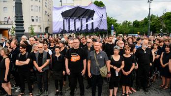 Kétszázan demonstráltak a hamis mítoszépítés ellen Nagy Imre újratemetésének évfordulóján