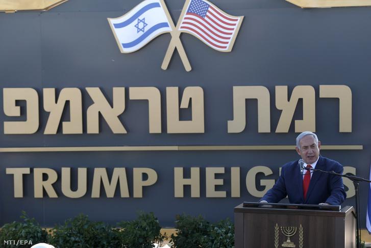 Benjámin Netanjahu izraeli miniszterelnök beszédet mond a Donald Trump amerikai elnökről elnevezett telep avatóünnepségén a Golán-fennsíkon 2019. június 16-án.