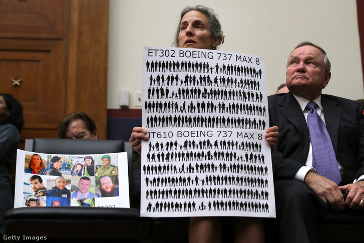 Nadia Milleron, az etióp katasztrófában meghalt Samya Stumo anyja demonstrál a Boeing cég meghallgatásán Washingtonban