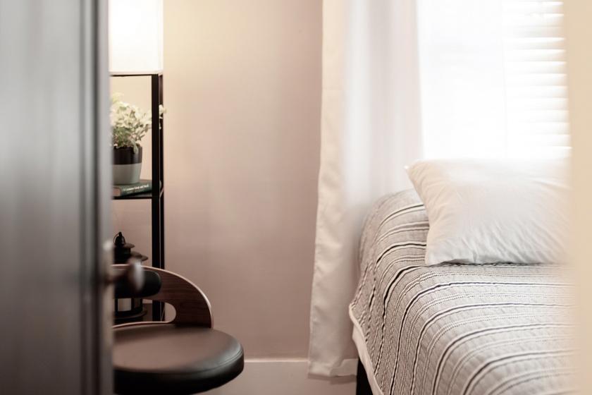 Ha kis térrel küzdesz, érdemes az ágyat az ablakhoz húzni, így ez a fókuszba kerülő bútordarab oda fogja irányítani a belépő figyelmét, és az ablak a tágasság illúzióját adja majd.