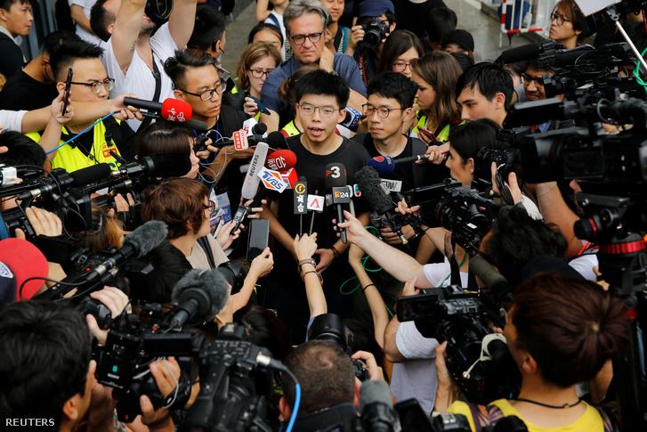 Joshua Wong beszél a médiának Hongkongban 2019. június 17-én