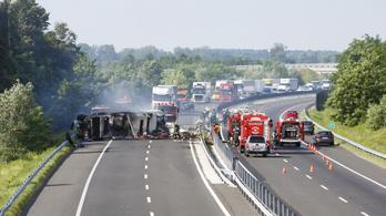 Kigyulladt kamion miatt lezárták az M7-est Szegerdőnél