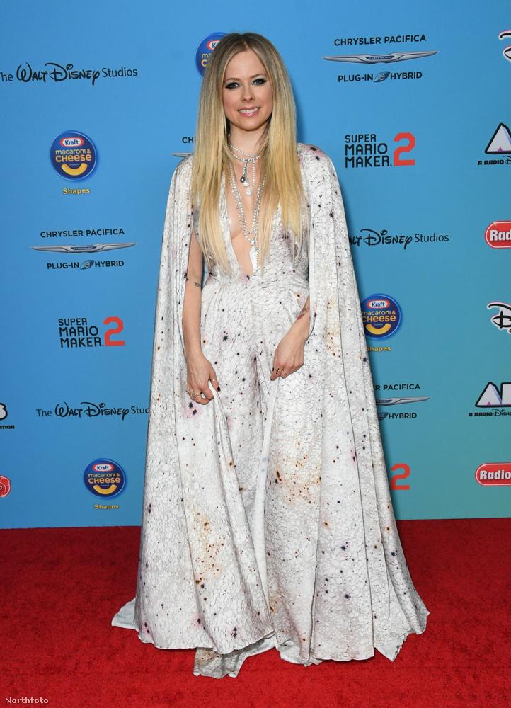 Nehezen tudjuk értelmezni Avril Lavigne vörös szőnyeges ruháját, amit a Radio Disney Music Awardson mutatott meg
