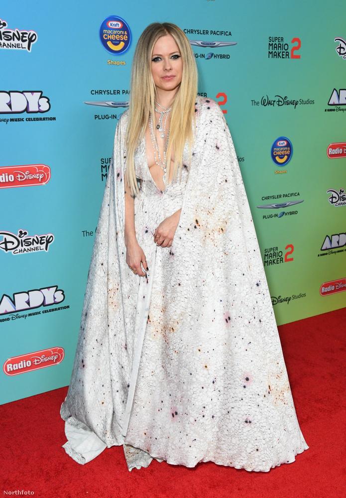 A díjátadón egyébként előadta legújabb kislemezét, a Dumb Blonde-ot is, úgyhogy nem ok nélkül érkezett a gálára
