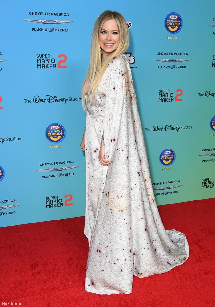 Na de most térjünk vissza az énekesnő ruhájára, ami picit olyan, mintha nem tudta volna eldönteni, hogy Wonder Womannak vagy a Hókirálynőnek öltözzön-e, ezért ez nagyon bizarr, anorákszerű, mélyen dekoltált ruhájára még rátett egy hatalmas és meg kevésbé értelmezhető palástot
