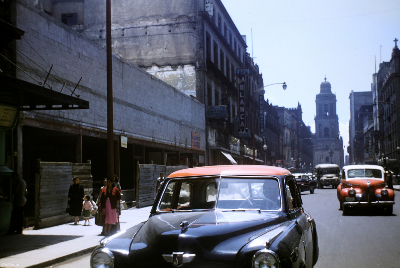 Mexico City, 1950-es évekAz amerikai nekrológ szerint egy olyan nemzetközi tanulmányi misszió keretében érkezett az Egyesült Államokba, amelyet a háború alatt szakterületük gyakorlásától eltiltott specialisták rehabilitációjáért szerveztek. Dr. Haas a vasfüggöny legördülése előtti utolsó pillanatban hagyta el Magyarországot, ahová soha nem tért vissza.