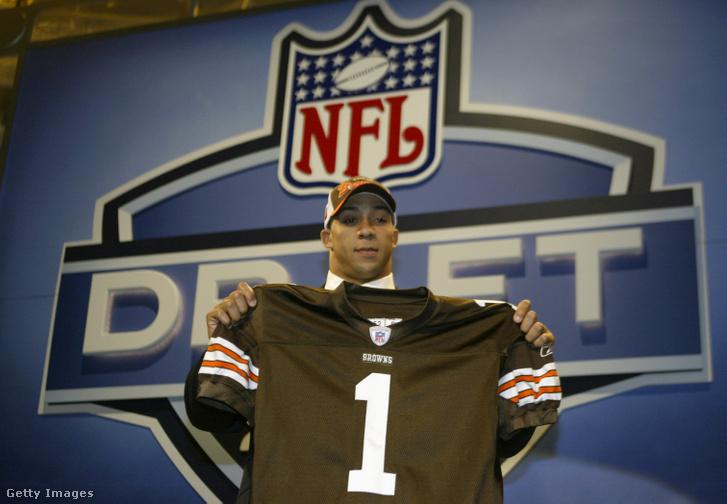 A tight end Kellen Winslow Jr. mosolyog miután a Cleveland Browns hatodik kiválasztottja lett 2004. április 24-én