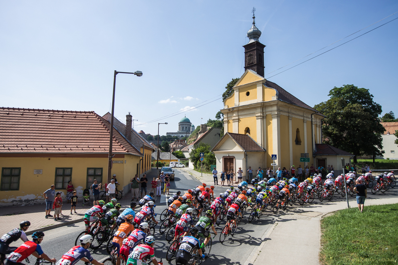 Az első szakasz célja az esztergomi Bazilikánál volt. A hosszú, meredek és kockaköves befutót a tavalyi győztes, Belletti nyerte meg.