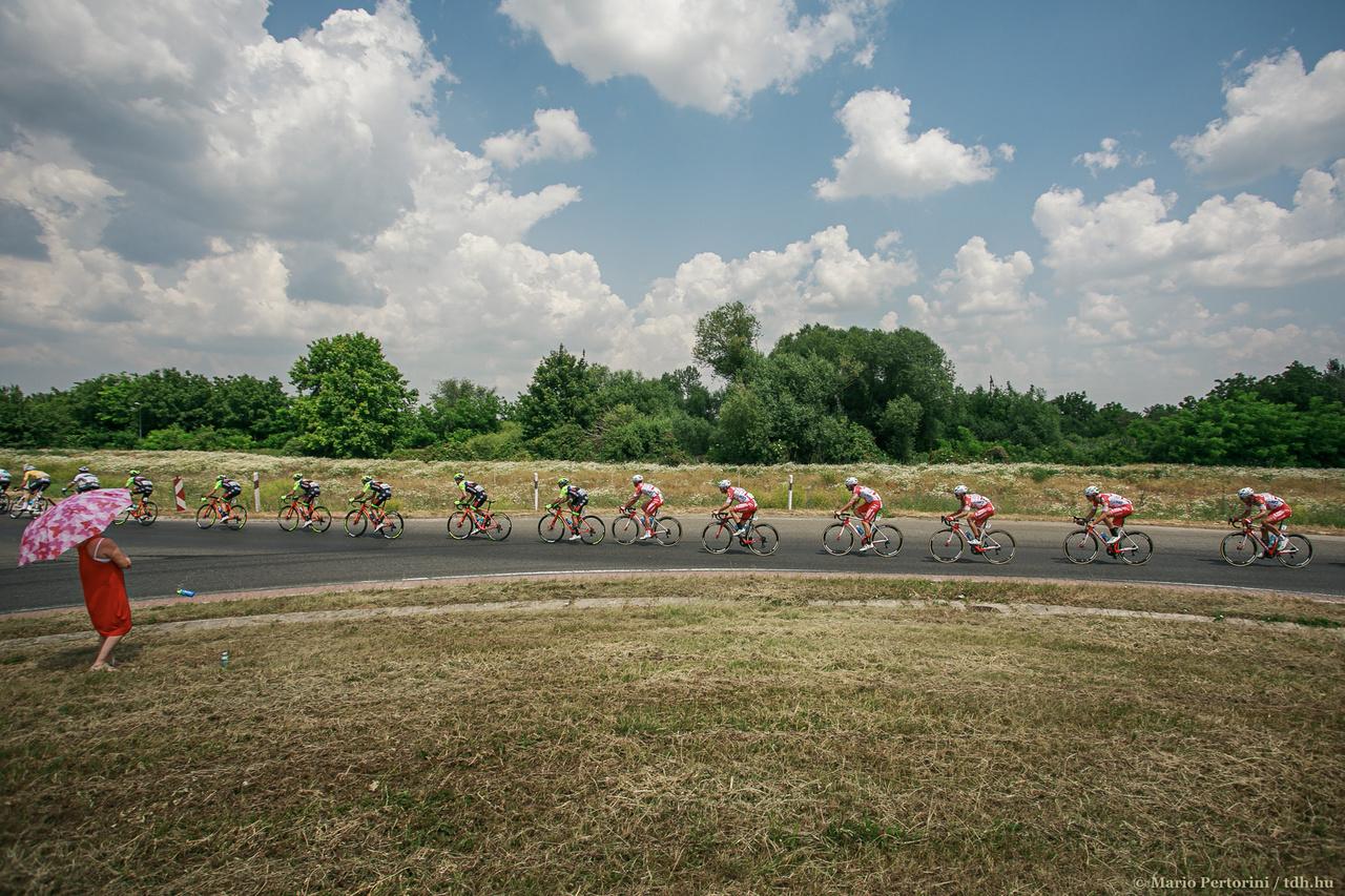 A rekkenő hőségben a versenyzők akár nyolc, tíz kulacs vizet is elfogyasztottak a szakaszok során.