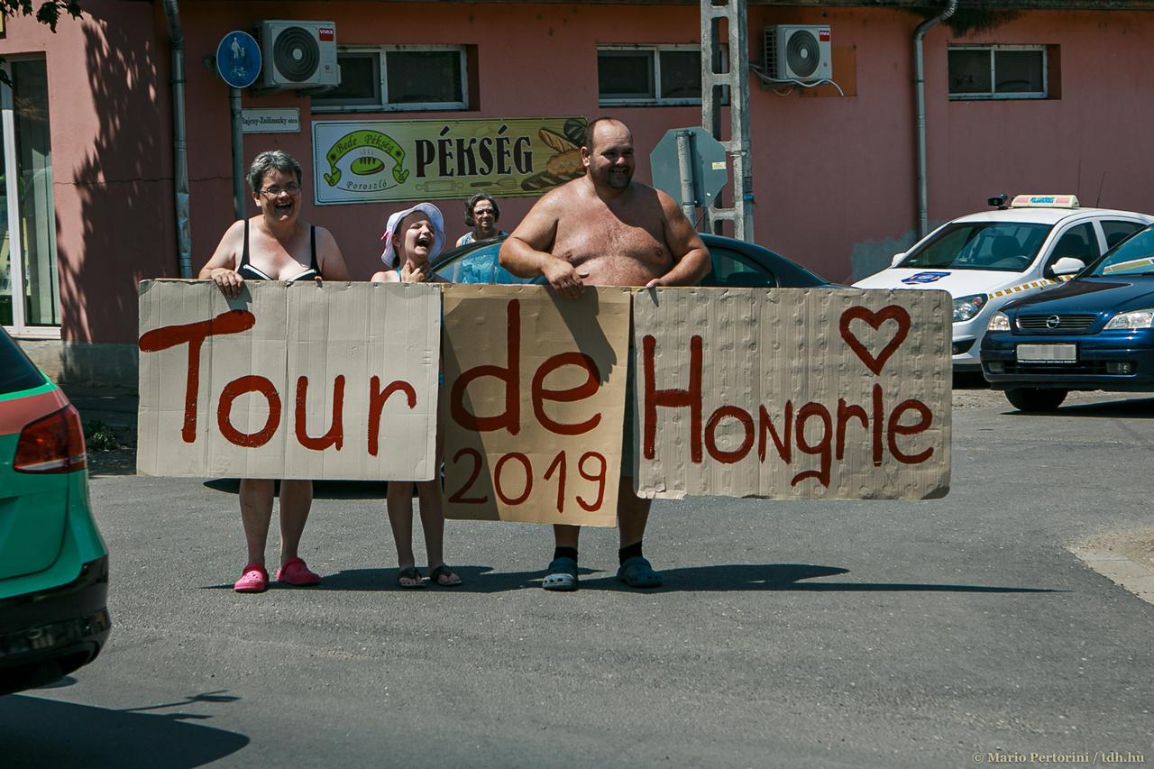 A hat nap alatt összesen 890 kilométert kellett leküzdeniük a versenyzőknek a júniusi kánikulában. A hőség nem csak őket, de a mezőnyt kísérő fotósokat és operatőröket is megviselte. A verseny hivatalos fotósa Vanik Zoltán, aki korábban maga is versenyző volt, sőt mi több, 2002-ben megnyerte a Tour de Hongrie-t. A képek nem csak a versenyt mutatják be, hanem az azt övező és körülvevő hangulatot is átadják.
