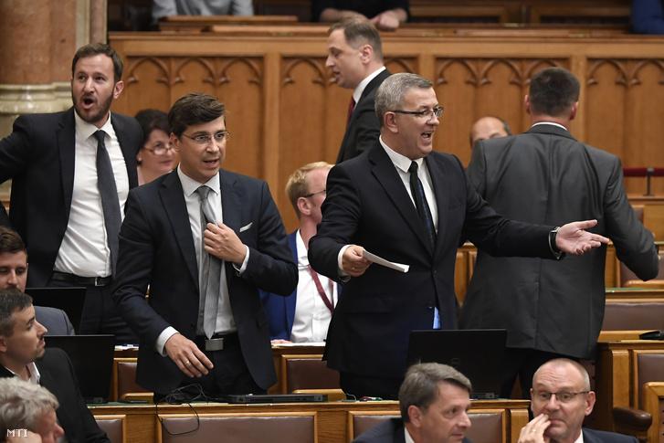 Szilágyi György jobbikos képviselőméltatlankodik, amikor az ülést vezetõ elnök megszakítja a miniszterelnökhöz intézett kérdése közben az Országgyűlés plenáris ülésén 2019. június 17-én. Mellette frakciótársai, László György és Bana Tibor (b).