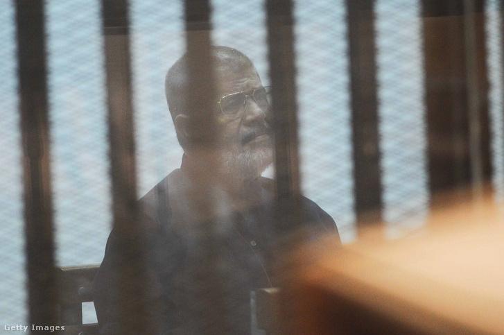 Mohamed Murszi, a hivatalából a hadsereg által eltávolított volt egyiptomi államfő rácsok mögött perének tárgyalásán egy kairói bíróság tárgyalótermében 2017-ben.