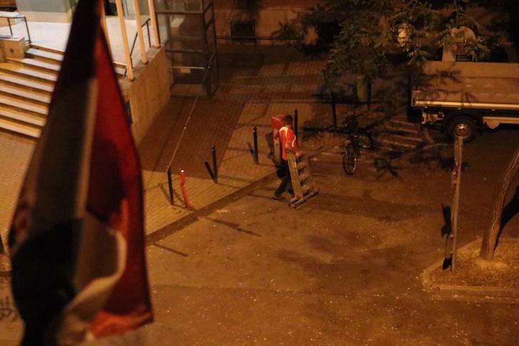 Megpróbálta leszedni egy ember a szivárványszínű zászlót a zuglói városházáról