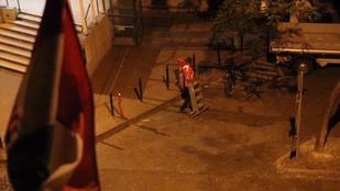 Megpróbálta egy ember leszedni a szivárványszínű zászlót a zuglói városházáról