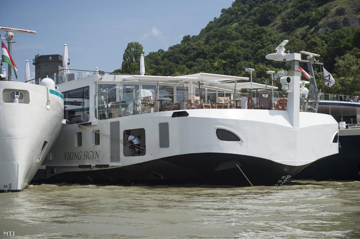 A balesetben részes Magyarországra visszatérő Viking Sigyn szállodahajó a visegrádi hajóállomáson 2019. június 10-én.