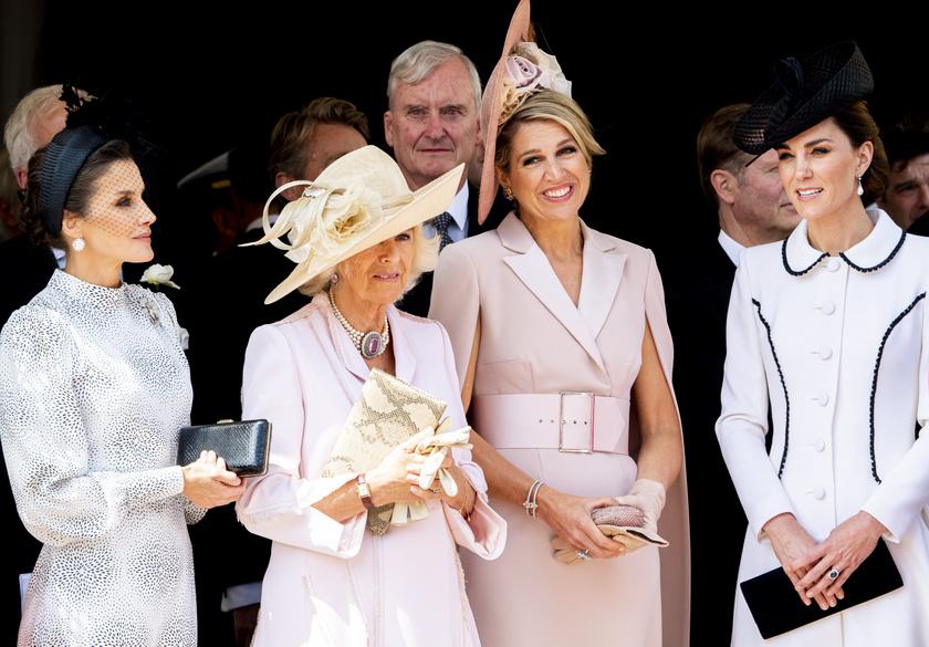 A hölgyek a férjeiket figyelték, akiket a királynő megtisztelt azzal, hogy a Térdszalagrend lovagjainak választotta őket.