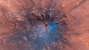 Színes lyukat ütött a Marsba egy szikla