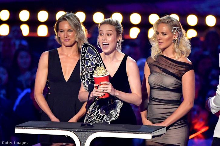 Brie Larson és dublőrei, Ingrid Kleinig (b) és Joanna Bennett (j) átveszik a legjobb bunyóért járó díjat