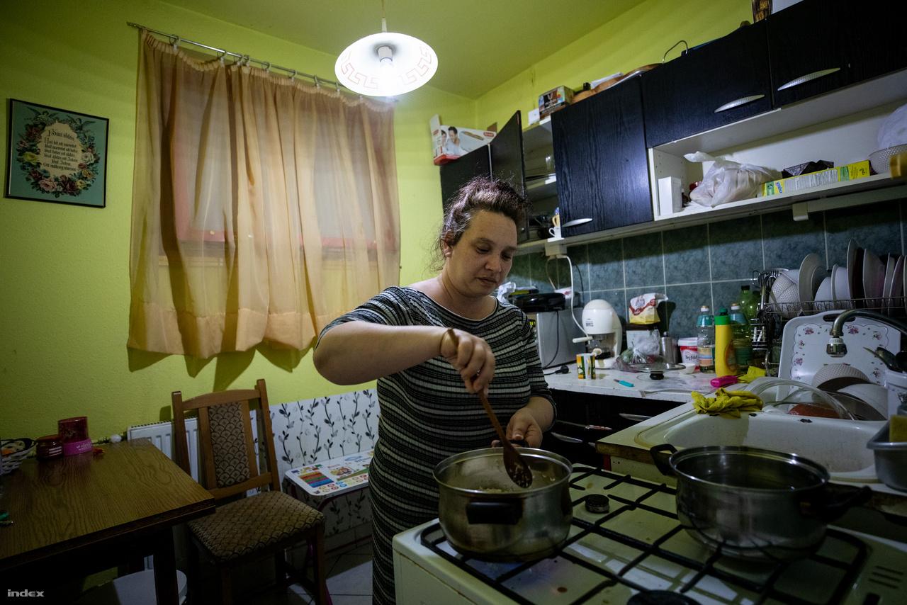 Lívia és Ferenc az intézmény egyik kiléptető lakásában lakik, egy újpalotai kétszobás panelben. Az otthonban már jó ideje lakó családok költözhetnek be a SZÉRA kiléptetőlakásaiba, itt legalább egy évig maradhatnak és a család felkészülhet az önálló életvitelre. Líviának és Ferencnek két gyereke van, egyikük iskolai konyhán dolgozik, másikuk egy piacon mindenes.