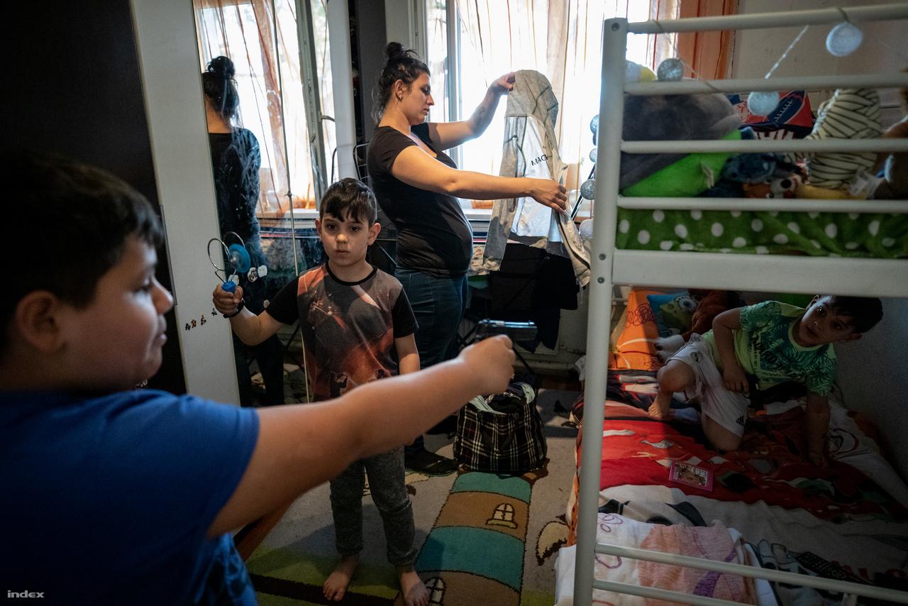 A SZÉRA programjának különlegessége abban rejlik, hogy nem csupán a legnehezebb egy-másfél évben segít a családokon, hanem a teljes lakhatási és élethelyzeti probléma megoldásán fáradoznak. Nem hagyják félbe, amit elkezdtek, céljuk, hogy az együttműködés végére önkormányzati szociális bérlakáshoz jussanak a családok, és azt fenn is tudják tartani: takarékoskodjanak és legyen piacképes, bejelentett munkájuk.