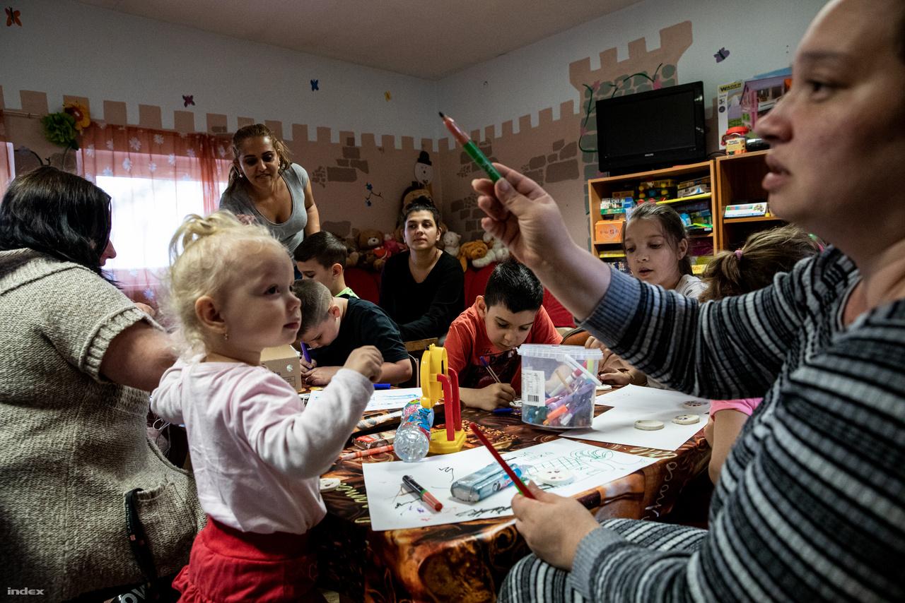 """Az esetek legnagyobb hányadában ez sikerül is, Kelemen Gábor, az otthon intézményvezetője azt mondja, eddig száz család jutott így állandó fedélhez a feje fölé. """"Általában a siker kulcsát az jelenti, ha a családok elhiszik, hogy képesek a változtatásra, képesek felismerni a problémáikat, tudnak ezekről nyíltan beszélni, látják, hogy mit kell változtatniuk ahhoz, hogy a probléma ne ismétlődjön meg, ami miatt a hajléktalanság küszöbére jutottak"""" - mondja Kelemen Gábor."""