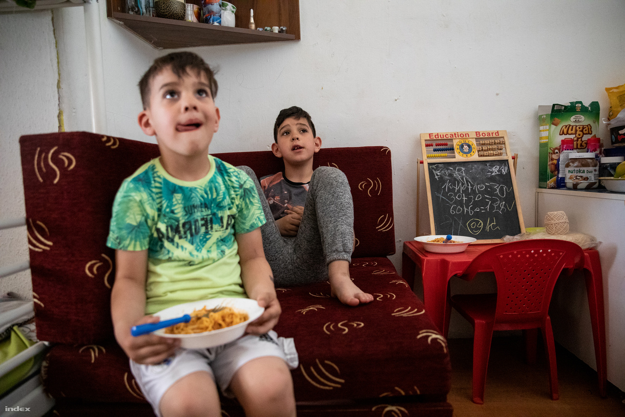 """""""Az Élelmiszerbank rendszeresen hoz ételt és a jó minőségű ruhákat is kapunk az adományokból"""" - meséli. """"Szűkösen vagyunk, és korábban eszembe sem jutott, hogy ilyen helyen fogunk lakni, de nekem a gyerekeim nyugalma mindennél többet ér."""""""