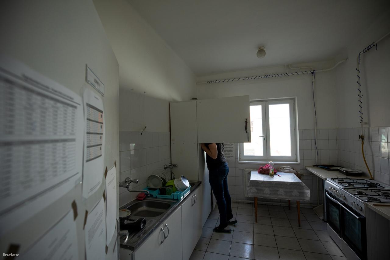 A 26 éves nő minden nap 5-kor kel, a több családdal közös konyhában reggelizik fiaival, 7-től már egy általános iskolában dolgozik takarítóként, hétvégén pedig egy salátázóban áll a pult mögött. Egy éve lakik az átmeneti otthonban, azután kért itt elhelyezést, hogy a rokonainál, ismerőseinél apró szobákban élve egy idő után már nem tudták elszállásolni őket a gyerekekkel. Most havi 27 ezer forintot fizet az ellátásért és szorgalmasan takarékoskodik.Ebben a 27 ezer forintos díjban a szálláson kívül is minden benne van: a közüzemi költségeket, családgondozást, mentális segítségnyújtást, pszichológust, jogászt, orvost, munkaerőpiaci segítségnyújtást, gazdag szabadidős programokat, a gyerekek fejlesztését, korrepetálását is.