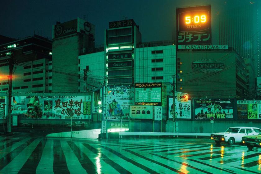 Hajnali 5-kor csak a neonfények töltötték meg élettel az utcát.