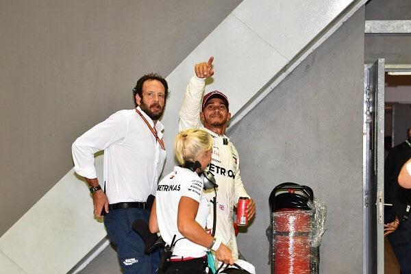 Matteo Bonciani és Hamilton, az angol versenyző egyik sikere után