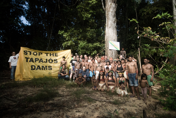 A munduruku bennszülött brazil törzs tagjai és a Greenpeace környezetvédelmi szervezet aktivistái közösen tiltakoznak az Amazonas-vidék szívében lévő Tapajos-folyó mentén tervezett vízerőmű építése ellen.