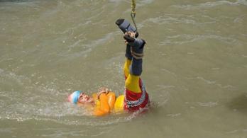 Megtalálták az indiai illuzionista holttestét, aki láncokkal a testén ereszkedett egy folyóba