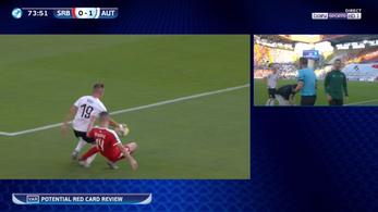 Horrorsérülést szenvedett az osztrák focista, a bíró először le se fújta