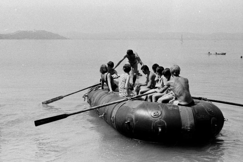 Így ültek az úttörők vezetői kilencen egy csónakban Zamárdiban, 1970-ben.