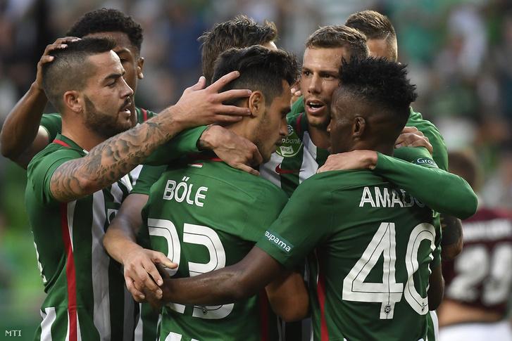 A ferencvárosi Varga Roland (j2) gólját ünneplik csapattársai az UEFA Európa Liga első selejtezőkörében játszott Ferencváros - FK Jelgava labdarúgó-mérkőzésen a budapesti Groupama Arénában 2017. június 29-én.