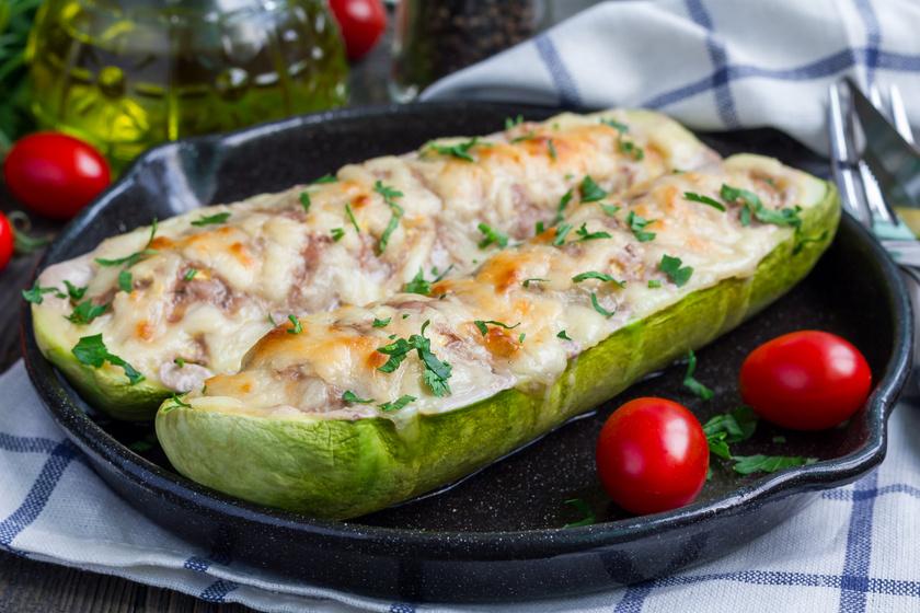 Fűszeres darált hússal töltött cukkini sok sajttal: igazi ínyenc ebéd