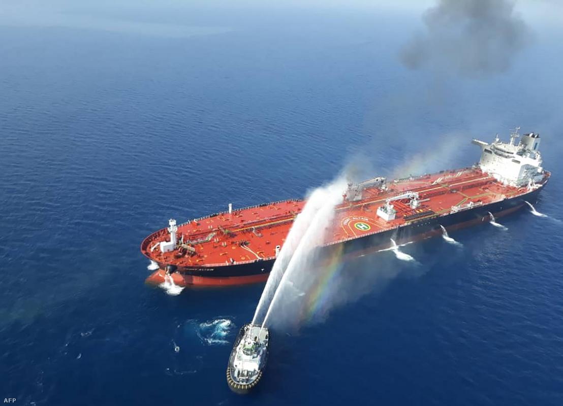 A kigyulladt Front Altair tartályhajó oltása az Ománi-öbölben 2019. június 13-án.