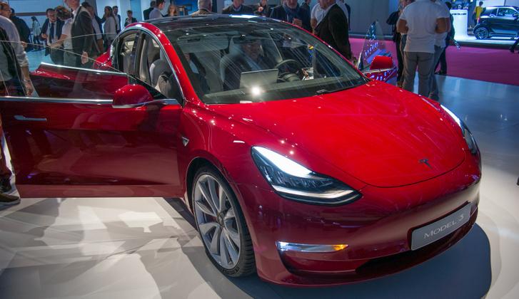 Illusztráció. Ezt a Model 3-at tavaly fotóztuk a Párizsi Autószalonon