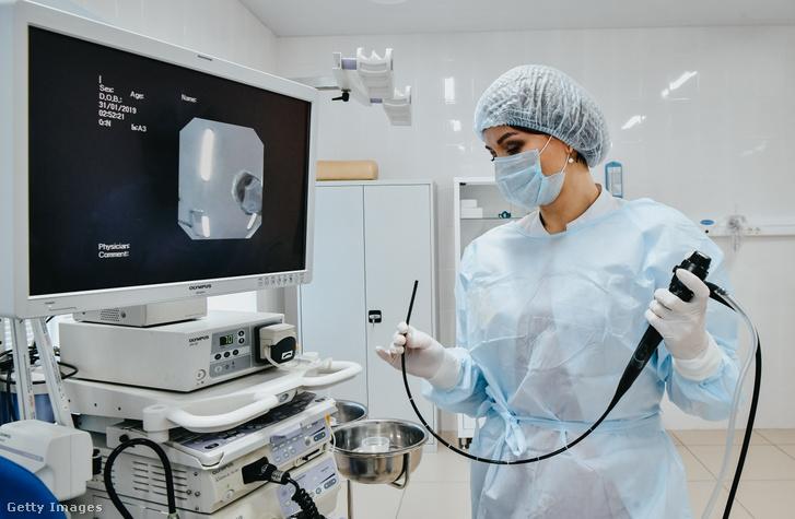 Képünk illusztráció! Endoszkóp egy orvos kezében a Primorsky REgionális Onkológiai Központban, Vlagyivosztokban