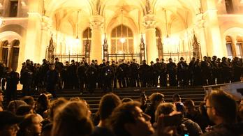 120 ezerre büntették a nőt, aki egy tüntetésen filctollal firkált
