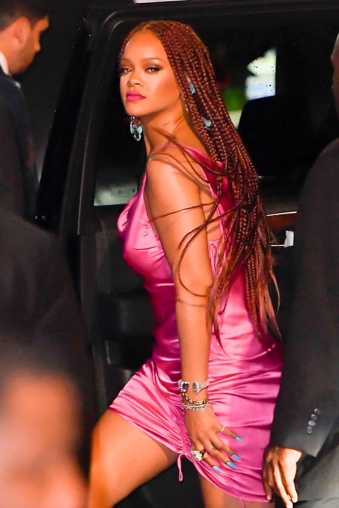 Rihanna új fehérneműkollekciója bemutatójára érkezett ebben a figyelemreméltó neonszínű ruhában és hosszú, raszta frizurával