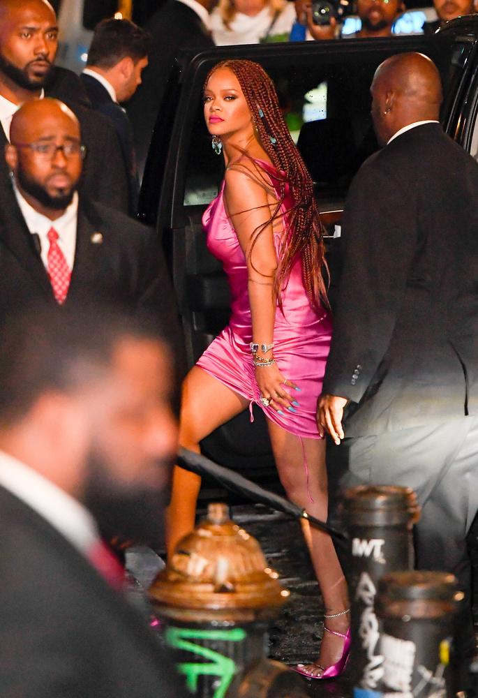 Mint látja, Rihanna sutba dobta azt az avítt elvet, mely szerint a kiegészítők és smink színének passzolnia kell egymással