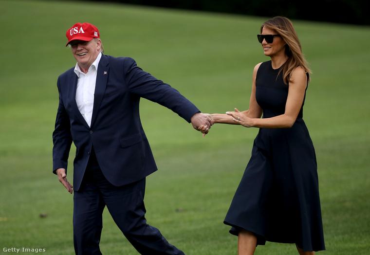 Az esetek többségében, mint ahogy az ezen a képen is látható, Donald Trumpnak szinte szó szerint maga után kell húznia Melaniát.